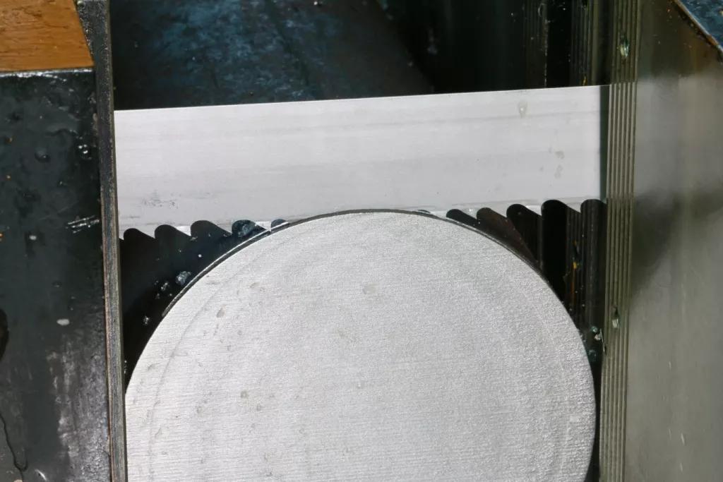 哪些特性会影响金属材料的锯切加工性能?