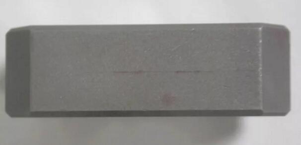 图5 热处理脱碳形成的裂纹